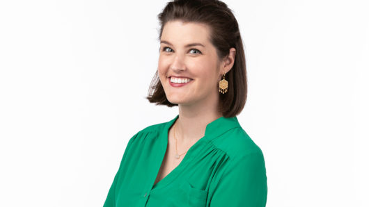 Brunette woman with green shirt